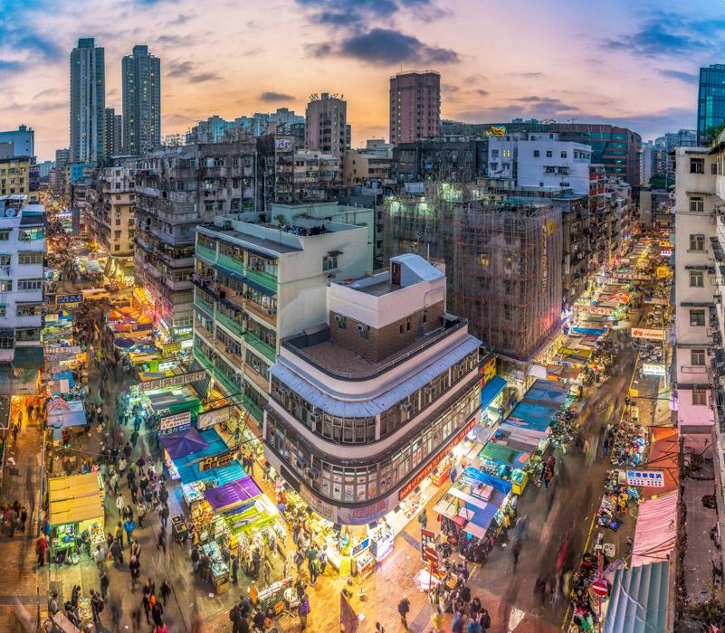 フリー写真 香港の夕暮れの露店街の風景