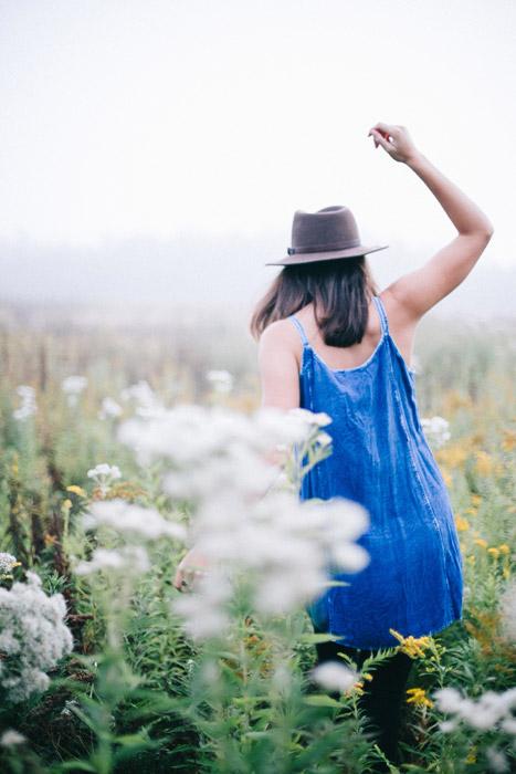 フリー写真 草花と後ろ姿の外国人女性