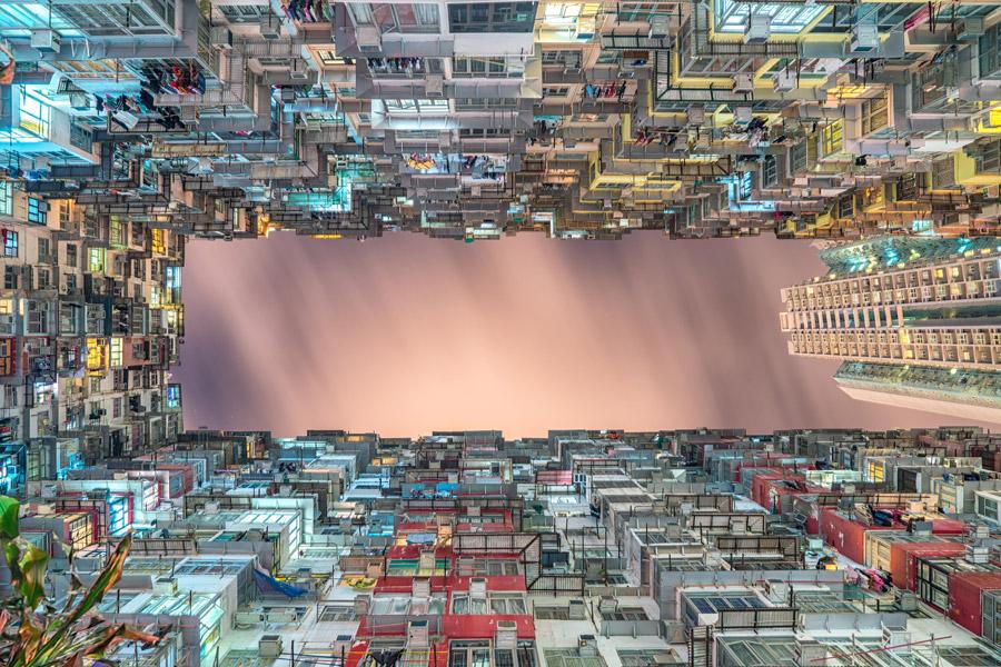 フリー写真 香港の高層住宅の隙間から見える日暮れの空