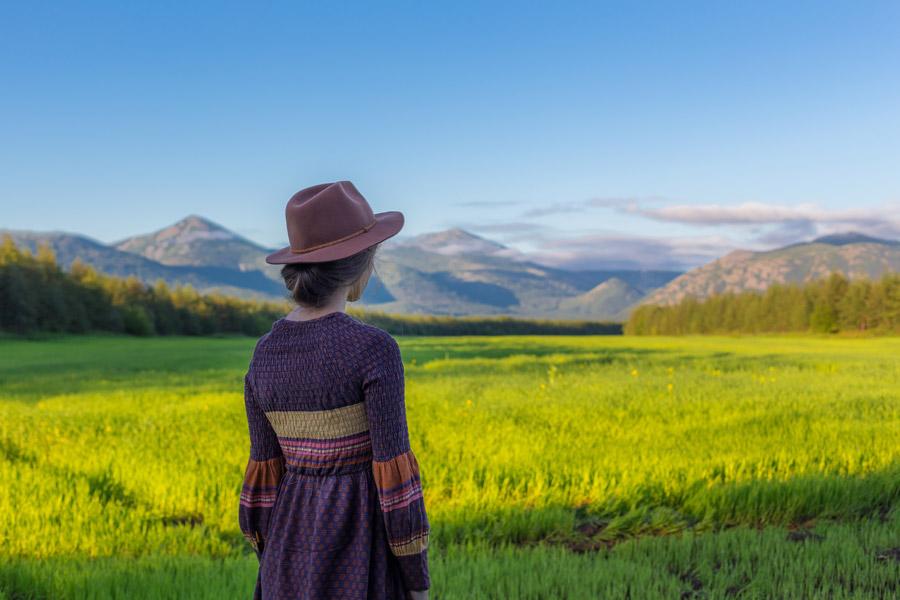 フリー写真 帽子を被って山を眺めている女性