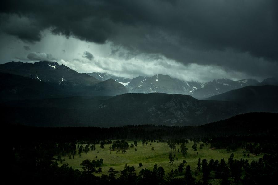 フリー写真 暗雲に包まれる山の風景