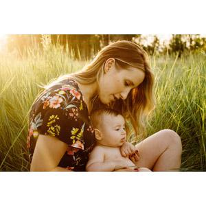 フリー写真, 人物, 親子, 母親(お母さん), 子供, 赤ちゃん, 草むら, 座る(地面), アメリカ人, あぐらをかく, 横顔
