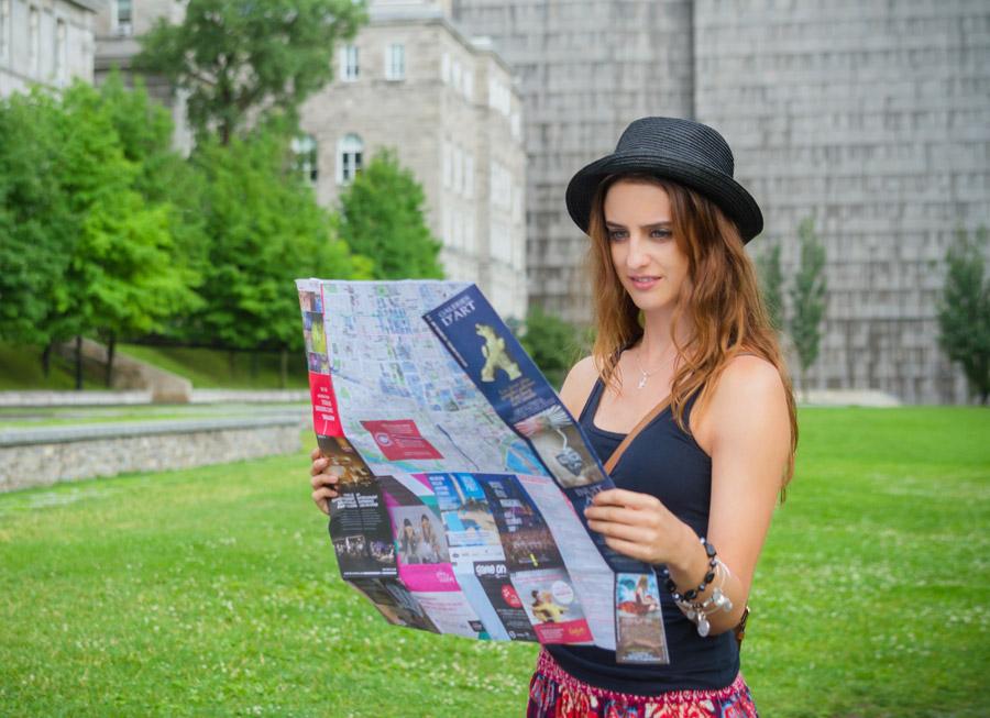 フリー写真 地図を見ている観光客の外国人女性