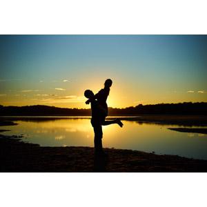 フリー写真, 人物, カップル, 恋人, 愛(ラブ), 夕暮れ(夕方), 夕焼け, シルエット(人物), 人と風景, 湖, 抱き上げる, 二人
