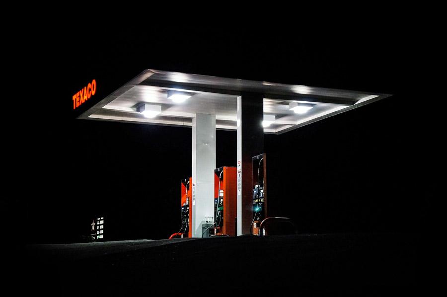 フリー写真 夜のガソリンスタンド
