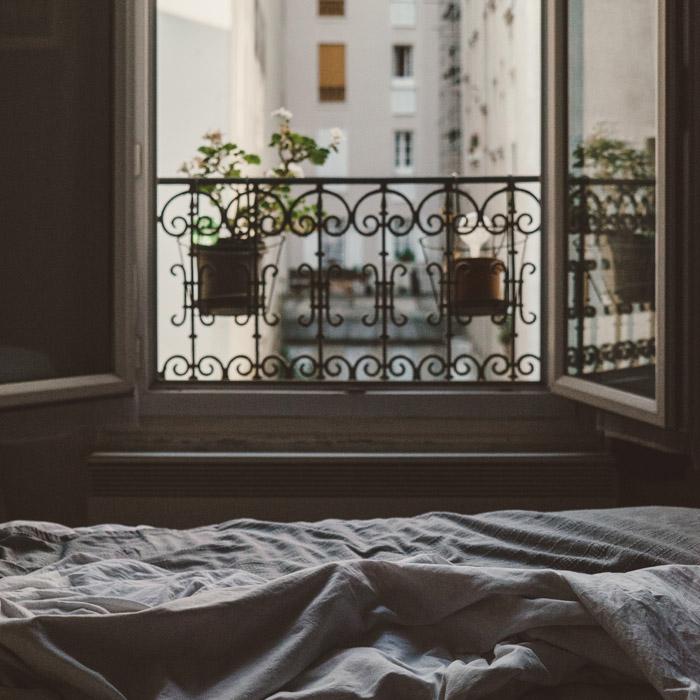 フリー写真 窓を開けた寝室の風景