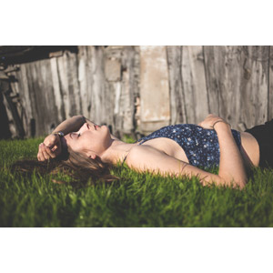 フリー写真, 人物, 女性, 外国人女性, ポーランド人, 寝転ぶ, 仰向け, 寝る(寝顔), 芝生, 額に手を当てる