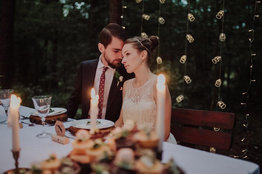 フリー写真 森の中で結婚式を挙げる新郎新婦