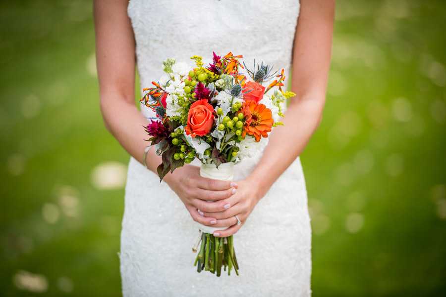 フリー写真 ブーケを持つ花嫁