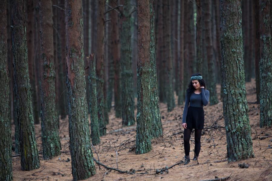 フリー写真 女性が立っている林の風景