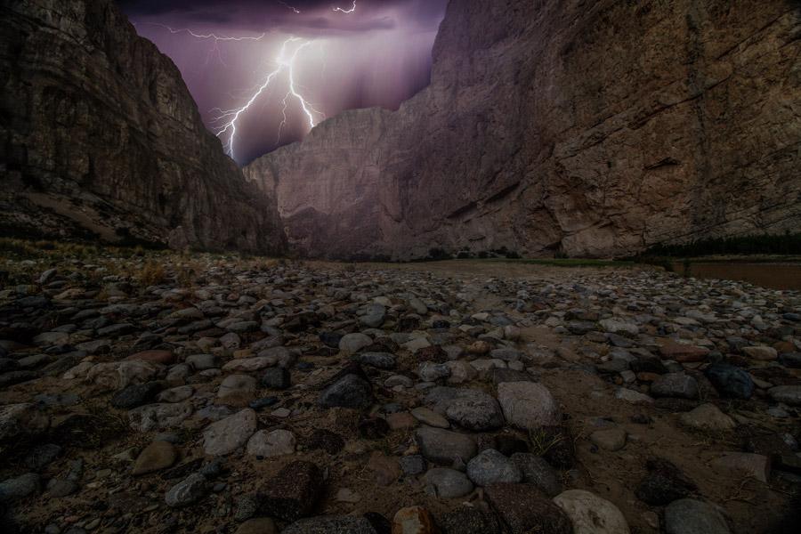フリー写真 渓谷と落雷の風景