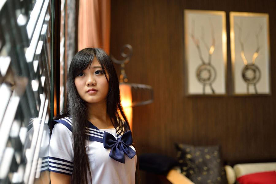 フリー写真 セーラー服姿で窓辺に立つ女子学生