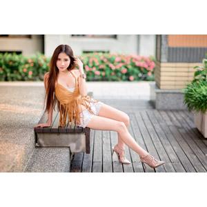 フリー写真, 人物, 女性, アジア人女性, 沈琪琪(00279), 中国人, 髪の毛を触る, 座る(ベンチ), 横座り