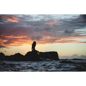 フリー写真, 人物, 女性, シルエット(人物), 人と風景, 海, 海岸, 岩, 夕暮れ(夕方), 雲