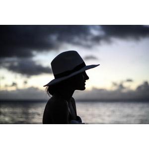 フリー写真, 人物, 女性, シルエット(人物), 横顔, 麦わら帽子, 帽子, 夕暮れ(夕方), 海, 人と風景