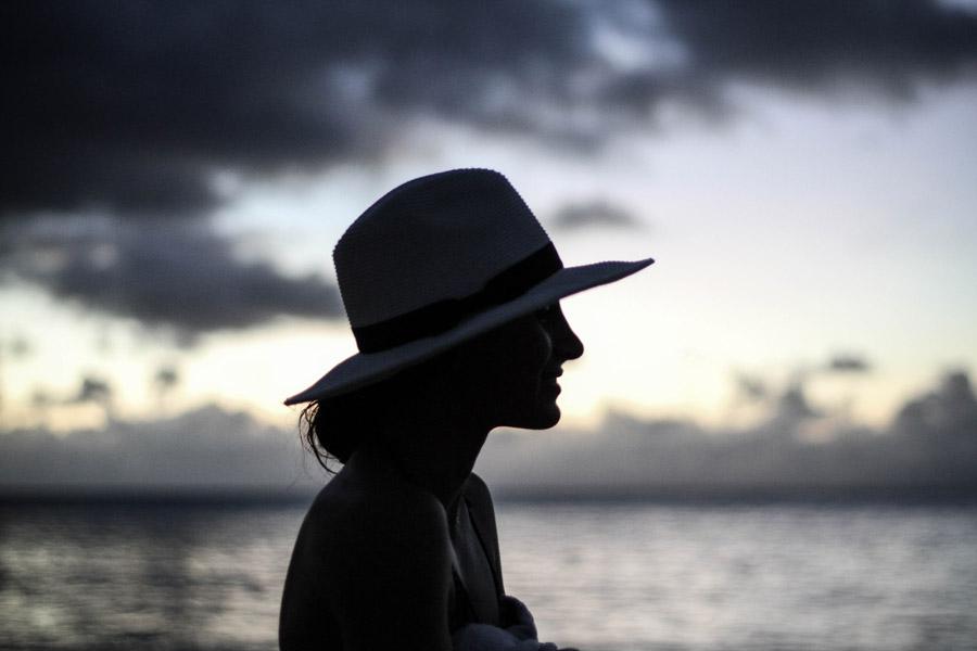 フリー写真 麦わら帽子を被る女性の横顔