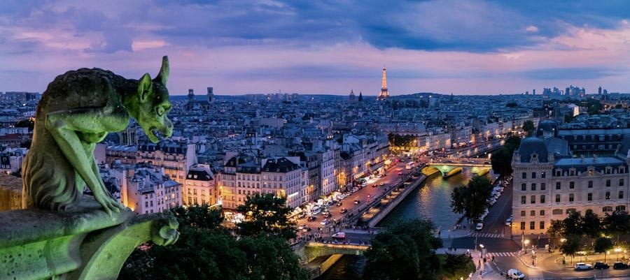 フリー写真 キメラ像と日暮れのパリの街並み