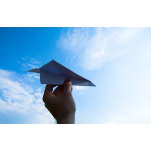フリー写真, 人体, 手, 紙飛行機, 空, 青空, 雲