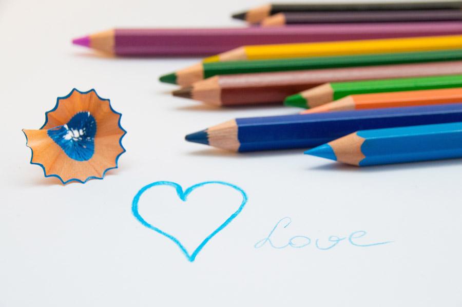 フリー写真 色鉛筆とハート