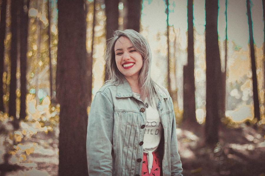 フリー写真 森の中で笑顔の外国人女性