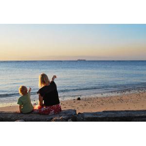 フリー写真, 人物, 親子, 母親(お母さん), 子供, 息子, 指差す, 船, 人と乗り物, 海, ビーチ(砂浜), 二人, 人と風景
