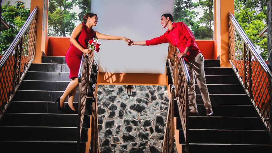 フリー写真 左右の階段から手をつなぐカップル