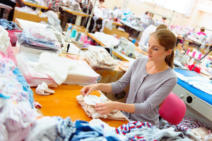 フリー写真 縫製工場で働く外国人女性