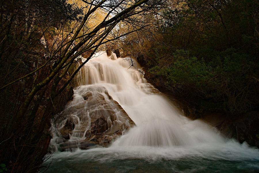 フリー写真 流れ落ちる滝の風景