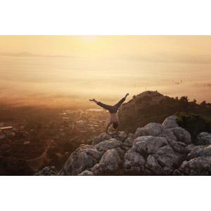 フリー写真, 風景, 山, 霧(霞), 朝, 朝焼け, 岩, 人と風景, 後ろ姿, 逆立ち