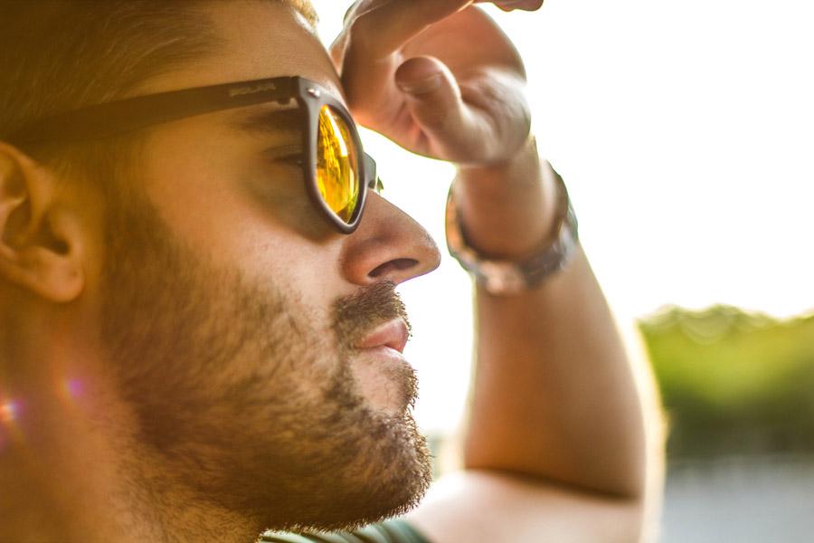 フリー写真 サングラスをかけた外国人男性の横顔