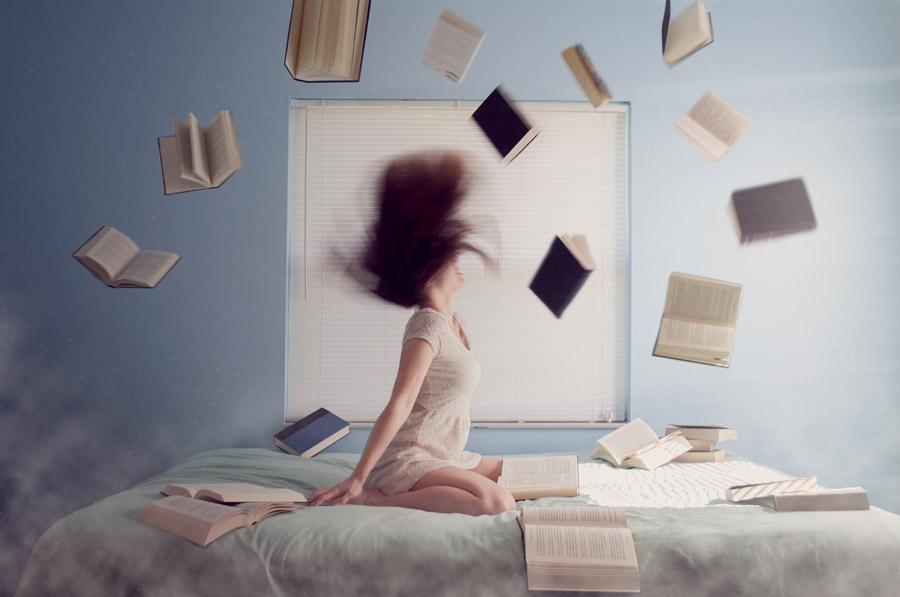 フリー写真 髪を振り上げる女性と散乱する本