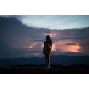 フリー写真, 人物, 女性, 人と風景, ワンピース, 日暮れ, 雲