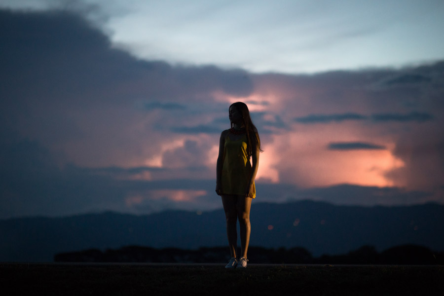 フリー写真 日暮れの空と立っている女性