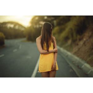 フリー写真, 人物, 女性, 外国人女性, 人と風景, ワンピース, 道路, 顔をそむける