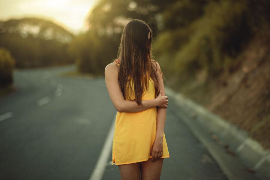 フリー写真 道路の脇に立って顔をそむける女性