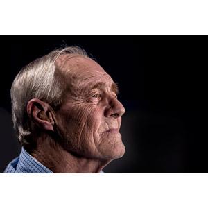 フリー写真, 人物, 老人, 祖父(おじいさん), シニア男性, 横顔, 補聴器, 黒背景