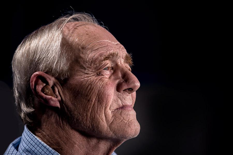 フリー写真 補聴器をつけたおじいさんの横顔