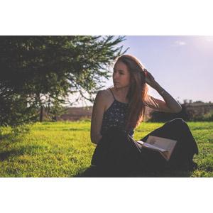 フリー写真, 人物, 女性, 外国人女性, 座る(地面), 本(書籍), 髪の毛を触る, あぐらをかく, ポーランド人, 芝生