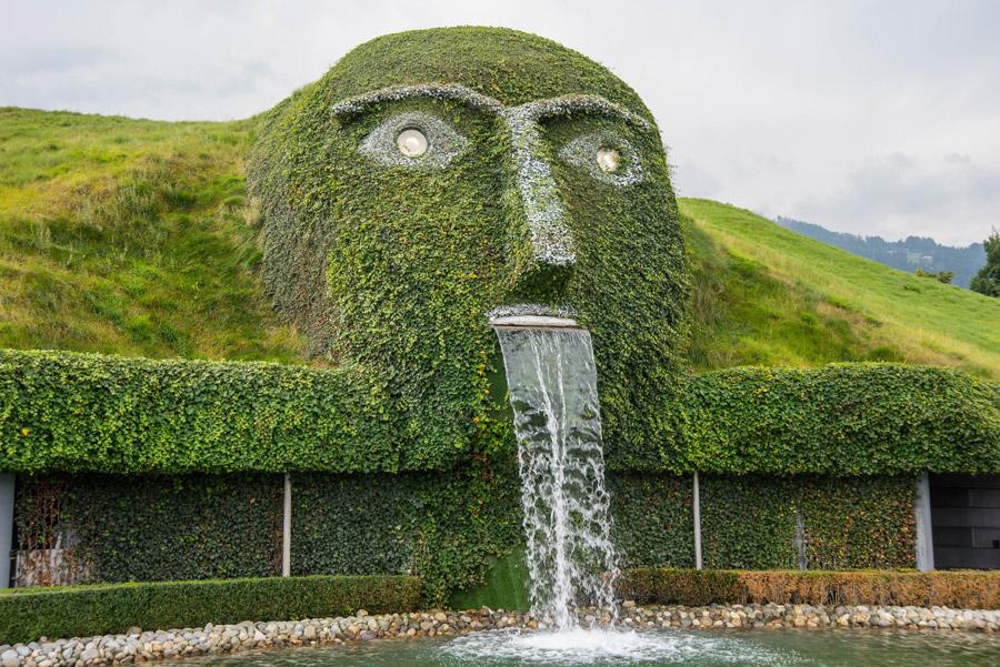 フリー写真 スワロフスキー・クリスタル・ワールドの巨人の顔の噴水