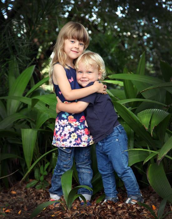 フリー写真 抱き合う姉と弟