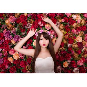 フリー写真, 人物, 女性, アジア人女性, 中国人, 欣欣(00001), 花, 人と花, 薔薇(バラ), ウェディングドレス, 花冠