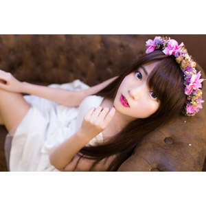 フリー写真, 人物, 女性, アジア人女性, 中国人, 欣欣(00001), 花冠, 座る(ソファー), 顎に指を当てる, ウェディングドレス