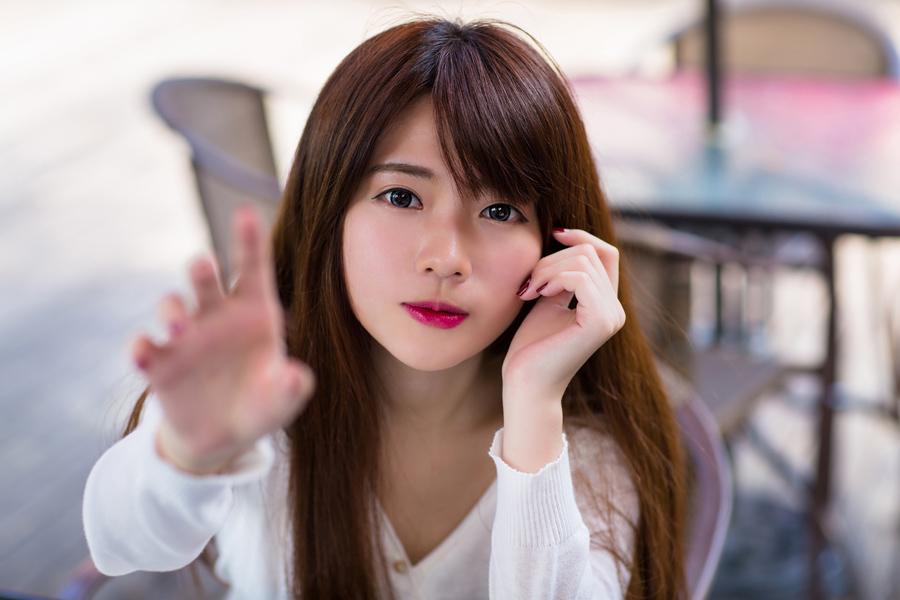 フリー 写真タッチしようと手を伸ばす台湾の女性