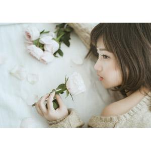 フリー写真, 人物, 女性, アジア人女性, ベトナム人, 女性(00002), 人と花, 薔薇(バラ), 花びら, 匂いを嗅ぐ
