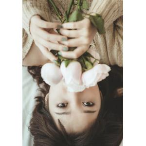 フリー写真, 人物, 女性, アジア人女性, ベトナム人, 女性(00002), 人と花, 薔薇(バラ), 寝転ぶ, 仰向け