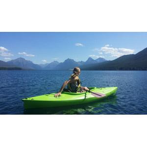 フリー写真, 人物, 女性, 外国人女性, 後ろ姿, カヌー(カヤック), 湖, 山, アウトドア, 人と風景, 船