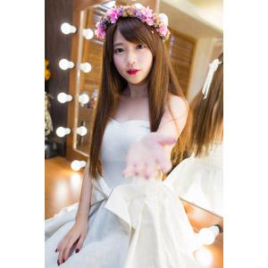 フリー写真, 人物, 女性, アジア人女性, 中国人, 欣欣(00001), ウェディングドレス, 花冠, 花嫁(新婦), 手を差し伸べる