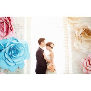 フリー写真, 人物, カップル, 花婿(新郎), 花嫁(新婦), ウェディングドレス, タキシード, 目を閉じる, 向かい合う, 造花, ブーケ, 二人