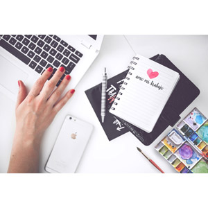 フリー写真, デスクワーク, ビジネス, 人体, 手, パソコン(PC), ノートパソコン, スマートフォン(スマホ), メモ帳, シャープペンシル(シャーペン), パレット, 絵筆(画筆)