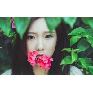 フリー写真, 人物, 女性, アジア人女性, ベトナム人, 女性(00005), 人と花, 咥える, 葉っぱ